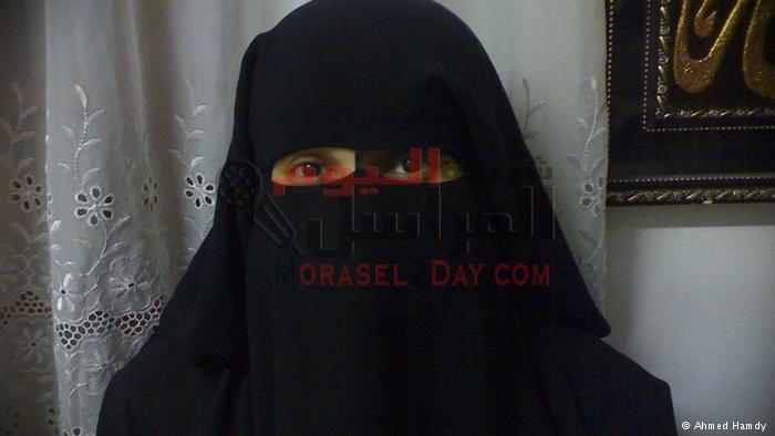 قوات الأمن تشتبه فى فتاة منتقبة بعد ملاحظة اهتمامها بتصوير أفراد الشرطة فى الهرم