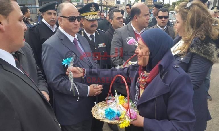 مدير أمن القاهرة يتفقد الحالة الأمنية ويقدم الورود للمواطنين فى عيد الشرطة وذكرى 25 يناير نسخة للطباعة