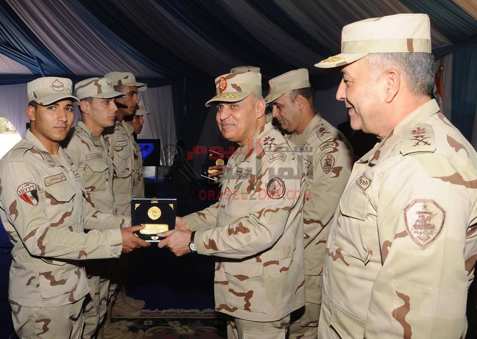 بالصور.. وزير الدفاع يلتقي مقاتلي الجيش الثالث الميداني