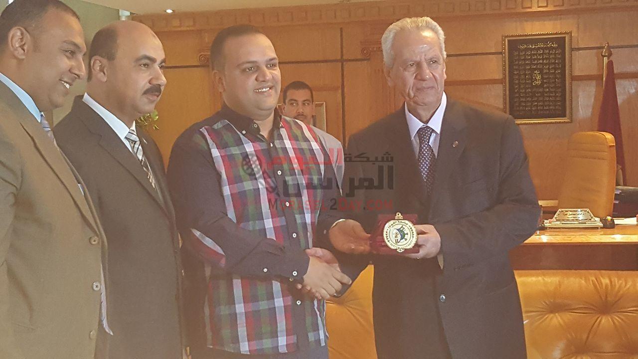 تكريم 4 موظفين من الفيوم من رئيس جامعة الفيوم بعد مبادرة الاعلامي حمادة جعفر