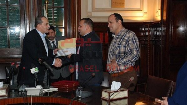 «فايد» يكرم مواطنًا تبرع بـ 30 جنيه من راتبه مدى الحياة لصالح «تحيا مصر»