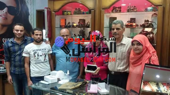 محمد خليل للبصريات يقدم هدية لطالبة الفيوم الأولى على الثانوية العامة
