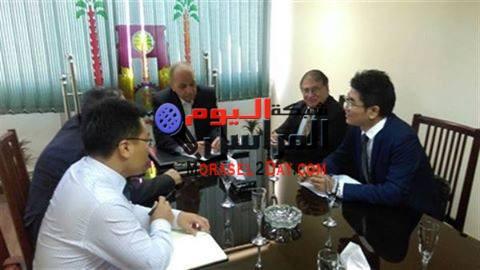 يلتقي محافظ الوادي الجديد بمستثمرين صينيين لإنشاء مصنع فوسفوريك