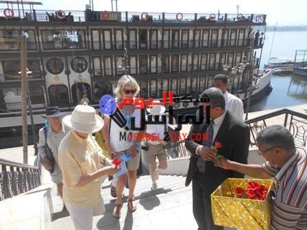 وفدد من السياح الانجليز في زيارة لعرابة ابيدوس بسوهاج