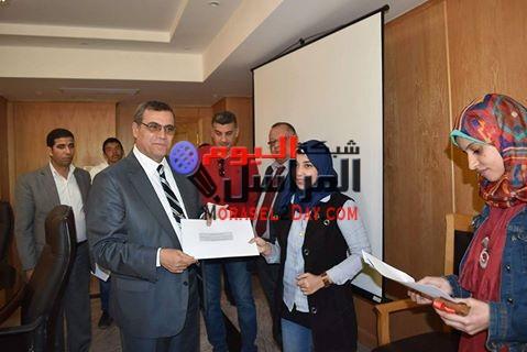 بالصور محافظ الفيوم يمنح الفائزين فى مسابقة التوعية السياحية شهادات استثمار