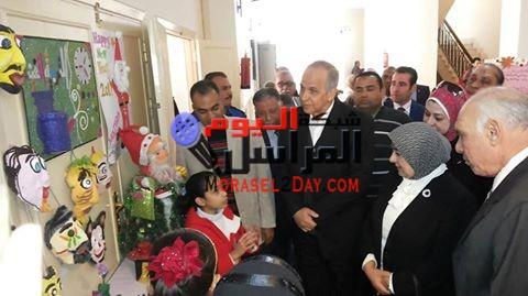 محافظ الوادي الجديد، ونائب وزير الصحة يفتتحان معرض الحرف اليدوية بالوادى الجديد .