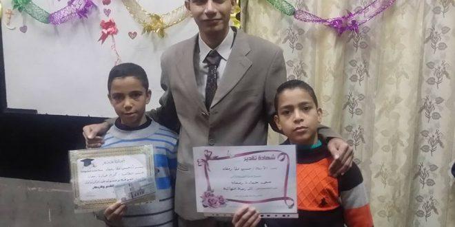 تكريم أوائل اللغه الإنجليزية من قبل البروفسير حسين عطا أستاذ اللغه الأول بالعامريه بلا منازع