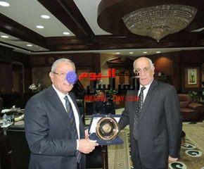 مدير أمن المنيا يقدم ردع المديرية إلى محافظ المنيا بمناسبة الإحتفالات بالعيد القومى لمحافظة المنيا