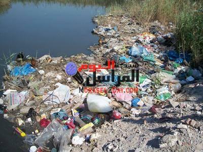 أهالي الفيوم يشكون تراكم القمامة بساحة مسجد ناصر الكبير
