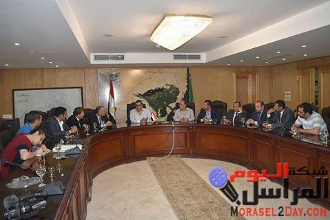 محافظ الفيوم يلتقى وفداً من حزب المصريين الأحرار وعروض لمشروعات كبري للمستثمرين
