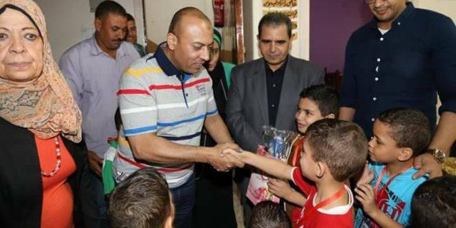 بالصور : محافظ المنوفية يوزع الهدايا علي الأطفال الايتام بالحضانة الإيوائية بشبين الكوم