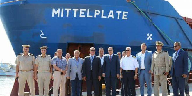 """بالصور..محافظ كفرالشيخ ومدير الأمن يشهدان وصول السفينة """" ميتل بليت """" لنقل آخر مشحونات محطة الكهرباء العملاقة بميناء البرلس"""
