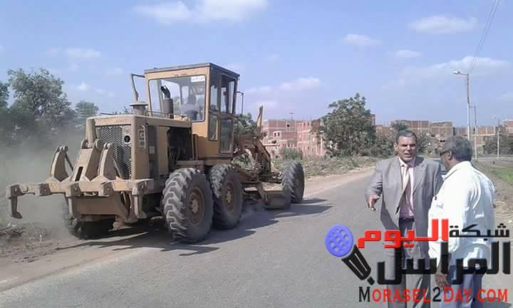 خلال جولتة بالقـرى .. موسـى يتابع العمل بطريق بحر سيف ويقدم الشكر لسائق الطرق ..