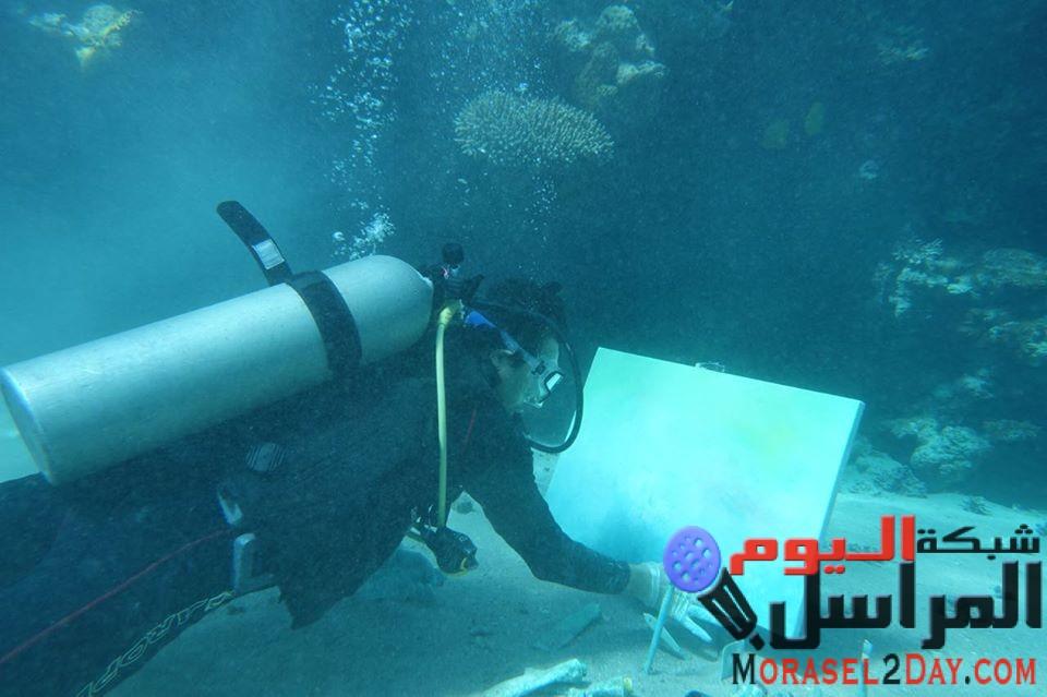 """""""فنان الأعماق"""".. محمد جميل حسنين أول سعودي يتخصص بالرسم تحت البحر"""
