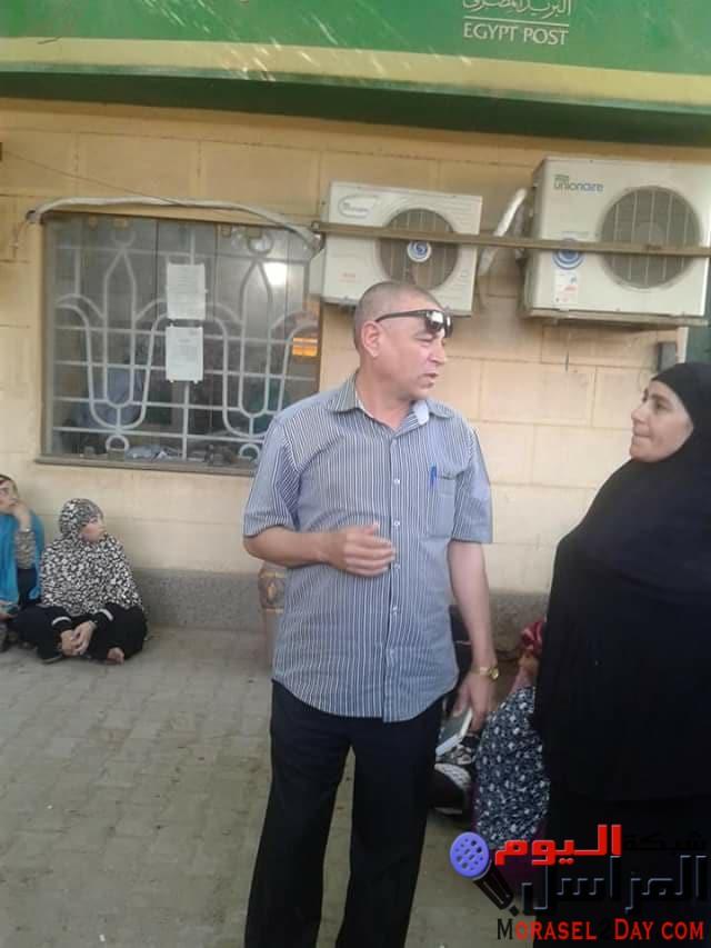 بالصور رئيس مدينة سمسطا بنى سويف أمام مكتب البريد لحل مشاكل المواطنين
