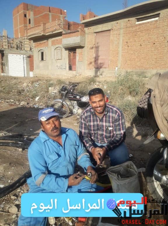 رجال هندسة كهرباء شرق في قلب الموقع والعمل علي قدم وساق من اجل توصيل الكهرباء لقرية العامرية