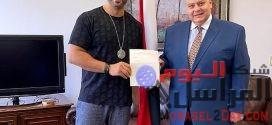 تكريم الفنان أحمد فريد من السفير خالد رزق في هيوستن لتقديمه فن راقي