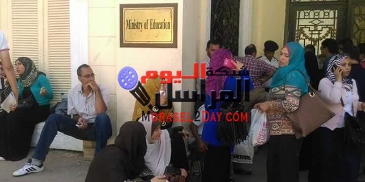 وقفة احتجاجية لمعلمي الفيوم اعتراضًا على قرار نقلهم