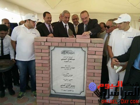 محافظ بني سويف ووزير التجارة والصناعة يضعان حجر الأساس لمجموعة شركات العربي